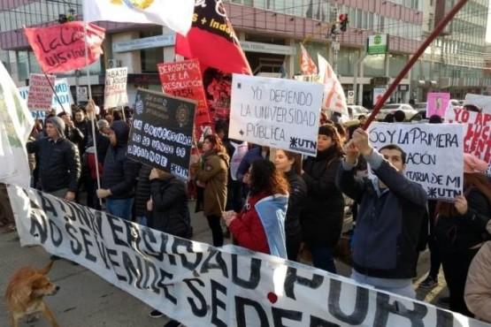 Multitudinaria marcha en defensa de la universidad pública en Río Gallegos