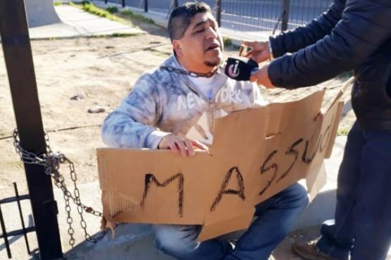 Hombre se encadenó al Gorosito para pedir por la liberación de su hijo