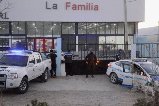 Dos de los locales donde se reforzó la vigilancia ayer: La Familia y Diarco. Ambos en Caleta Olivia. (La Vanguardia).