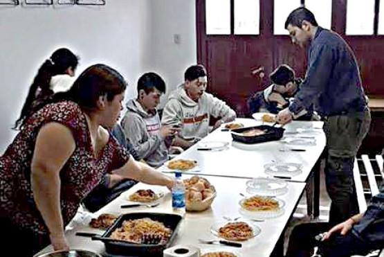 El momento de brindar comida en el Club Estudiantes.