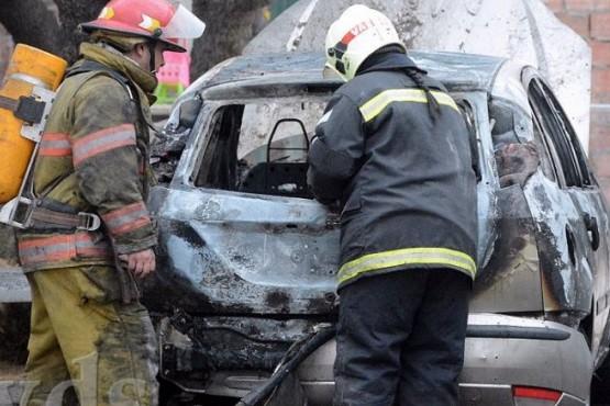 Incendio de un auto dentro de un patio