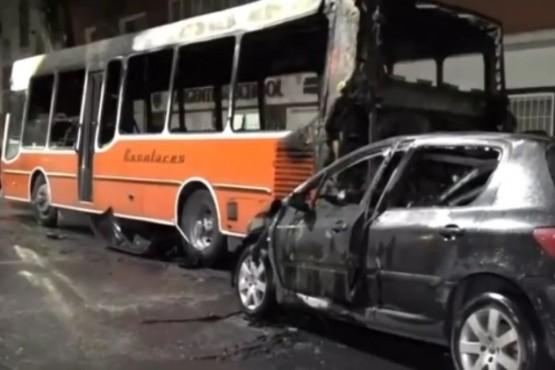 Chocó a un micro escolar estacionado, los vehículos se incendiaron y el conductor huyó