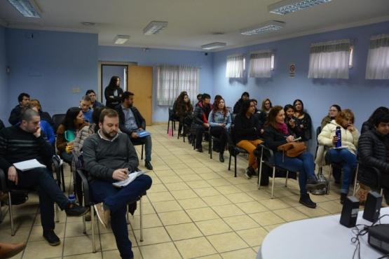 Personal durante la charla introductoria.