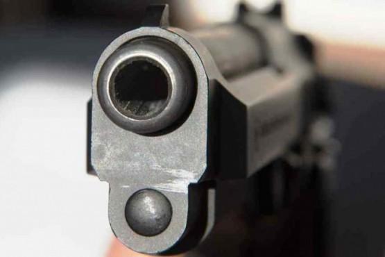 El sujeto amenazó a su vecino con una pistola.