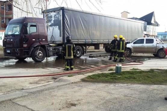 Chocan camión que iría en contramano y hay derrame de combustible