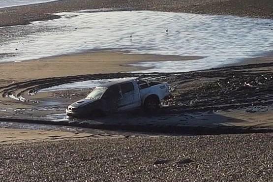 Una camioneta se quedó atascada en el lodo de la ría