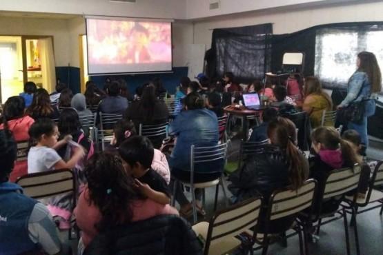"""""""Cine en los Barrios"""" estuvo en el Rotary y en Gran Jardín"""