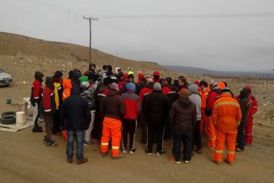 Desocupados cortan la ruta de acceso a minera