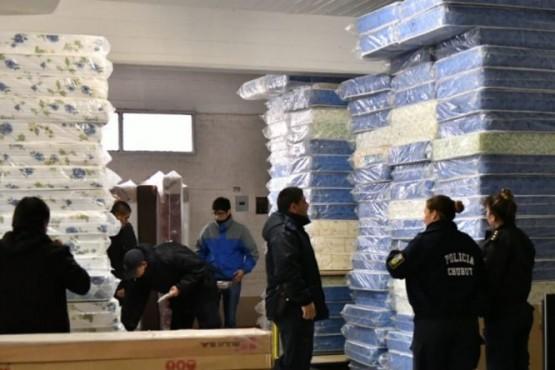 Secuestran en Trelew 300 colchones comprados en la emergencia de Comodoro
