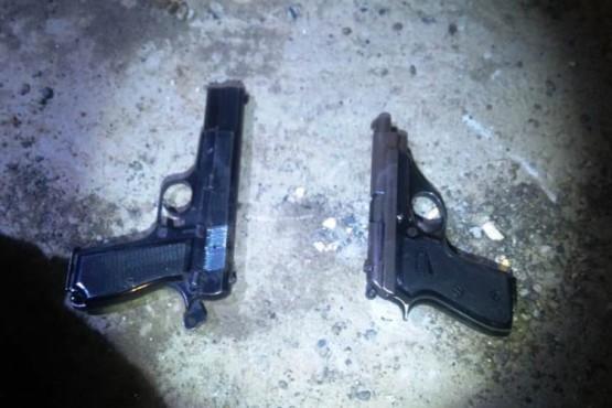 Roban tres armas de fuego y dinero de la casa de un policía retirado