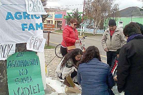 """""""Ayudamos cuando reclaman con sus carteles""""."""