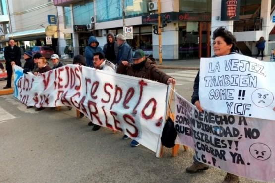 """Jubilados de YCRT esperan el """"compromiso"""" de Costa para cobrar por medio de ANSES"""
