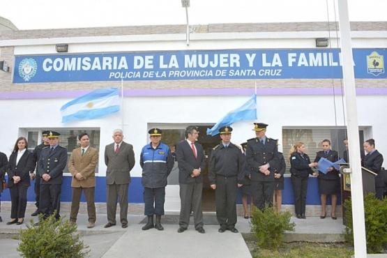 Pasado el mediodía de ayer, el personal de la Comisaría de la Mujer y Familia celebró un nuevo aniversario de su creación. (Fotos: C.R.)