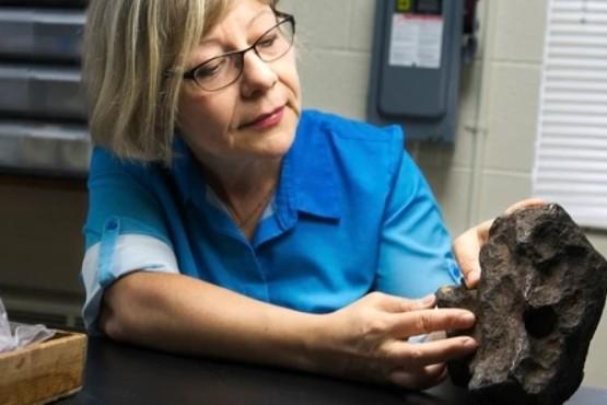 Descubrió que la piedra que usó para trabar su puerta durante 30 años valía 100.000 dólares