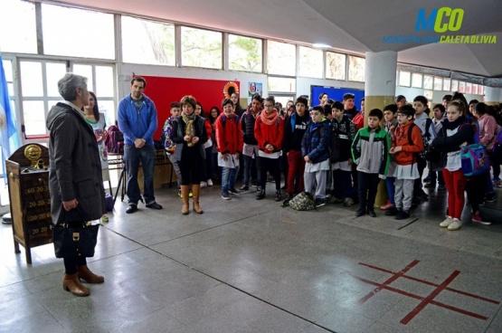 Pisa fuerte el proyecto ambiental del colegio 69