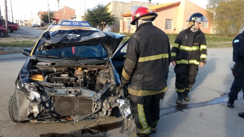El taxi terminó con un importante daño material. (C.G)