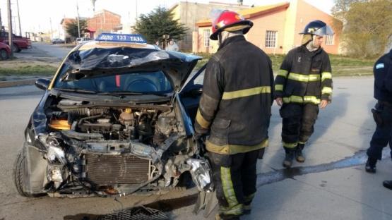 Un taxista herido tras chocar contra un camión
