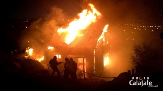 Calafate: Incendio destruyó una casa y generó pánico en vecinos