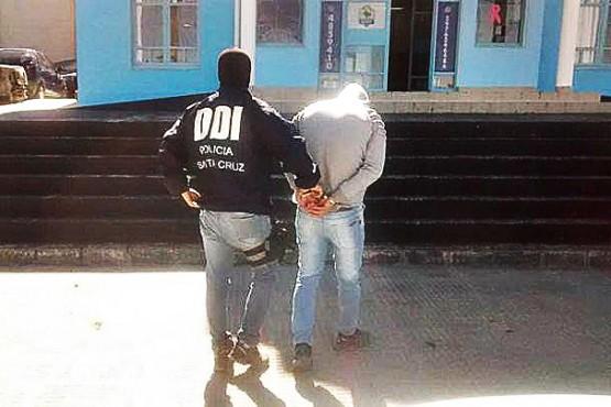 Se negó a declarar y continúa detenido sujeto acusado de abuso en Los Antiguos