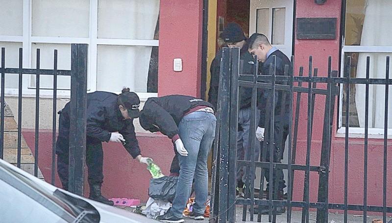 Los investigadores inspeccionaron la vivienda donde reside uno de los sospechosos de atacar al joven gitano. (C.G.)