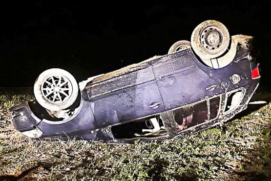 El rodado terminó sobre su techo tras volcar y posteriormente fue dado vuelta por los policías para secuestrarlo.