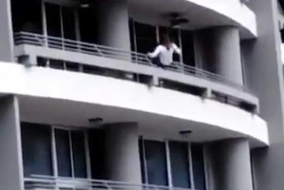 Cayó de un balcón desde un piso 27 al intentar tomarse una selfie