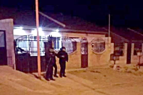 La policía montó guardia frente a la casa de Ariel Peredo.