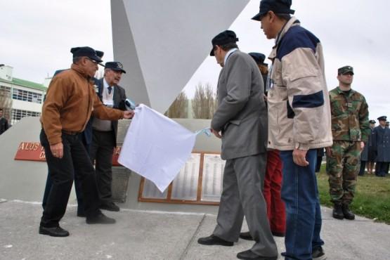 La placa homenaje contiene el nombre de los 586 integrantes de la Base Aérea Militar que estuvieron en 1982.
