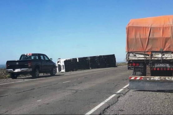 A raíz del viento, volcó un camión a 25 km de Caleta Olivia
