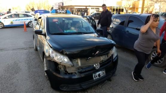 Otro choque protagonizado por taxi dejó tres trasladados al hospital