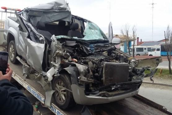 Video: una camioneta terminó debajo de un camión