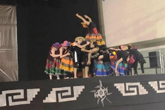 Bailarines sobre el escenario del certamen