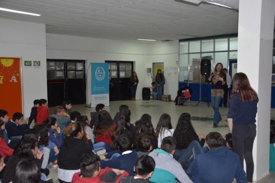 Realizan talleres de diversidad y género en aulas de Caleta Olivia