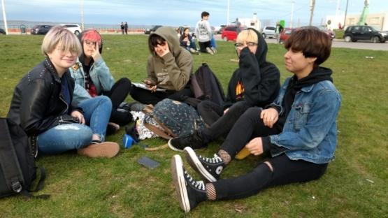 Los jóvenes en la costanera, disfrutando la tarde. (C.G)