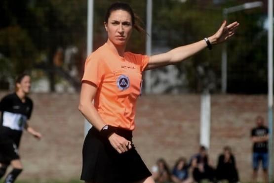 La mamá que dirige con mano firme y le dedican goles olímpicos