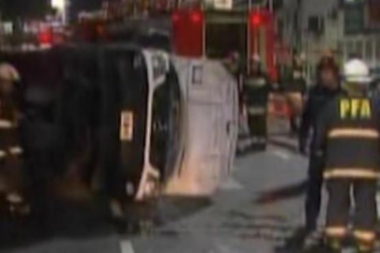 Una ambulancia volcó tras ser embestida por un taxi