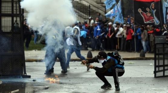 Los atacantes utilizaron piedras, palos y bombas molotov.
