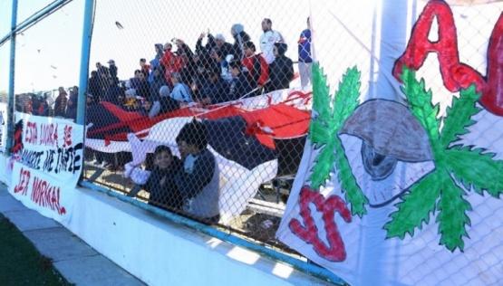 Tras las quejas cambiarán de lugar las tribunas de la cancha Enrique Pino