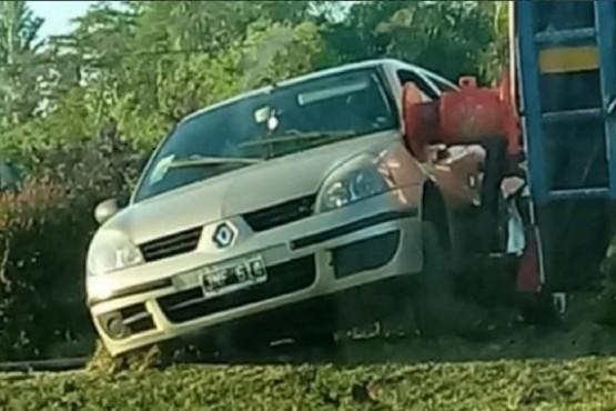Un auto cruzó con la barrera baja y fue arrollado por un tren en Roldán: hay un muerto