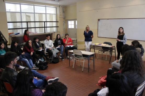 Brindan herramientas a estudiantes para prevenir el suicidio