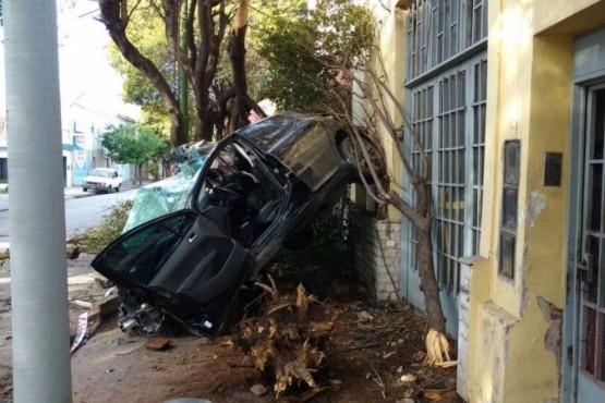 A toda velocidad se incrustó con su auto en una casa: murió en el acto