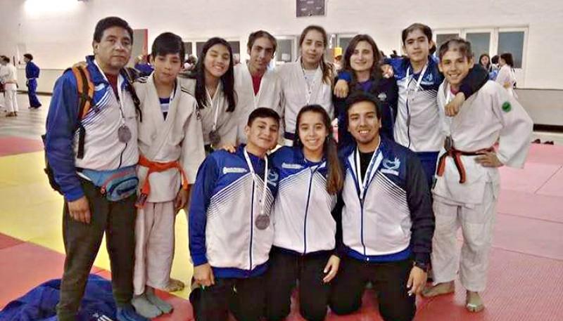 El equipo de judo trae medallas.