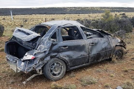 El Ford Fiesta Max quedó destruido a causa de los tumbos.
