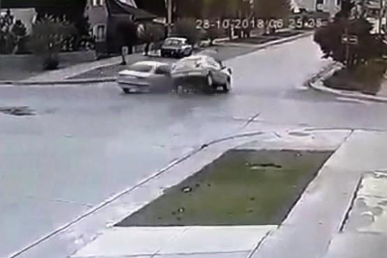 Impresionante video: una mujer sale despedida del auto tras violento choque