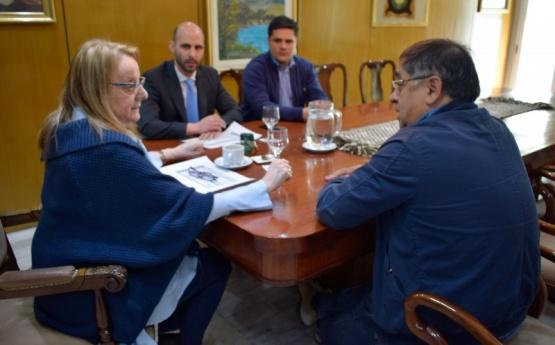 Alicia junto a los funcionarios, reunidos con el Intendente.