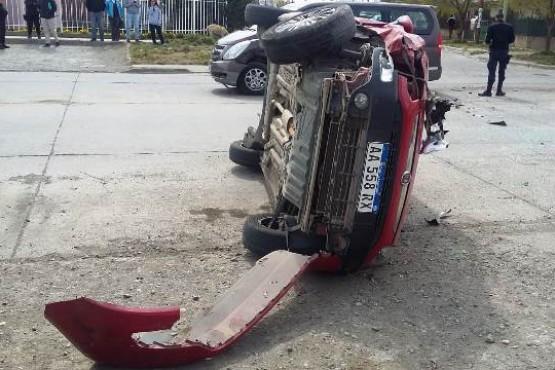 Intentó girar en U, chocó otro vehículo y volcó