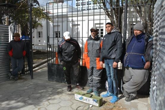 Desocupados de la construcción encadenados en Casa de Gobierno