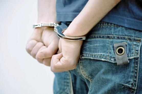 Fue detenido tras agredir a policías