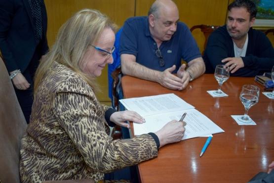 Alicia Kirchner firma el comodato para la cesión y aceptación de tierras con el Municipio