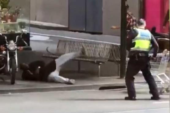 Un hombre intentó acuchillar a tres policías y le dispararon